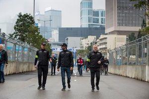 Felipe Nasr, GEOX Dragon Racing walks the track with the team