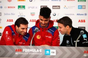 Jérome d'Ambrosio, Mahindra Racing shares something on his phone with Pascal Wehrlein, Mahindra Racing, Antonio Felix da Costa, BMW I Andretti Motorsports in the press conference
