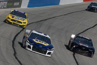 #9: Chase Elliott, Hendrick Motorsports, Chevrolet Camaro NAPA AUTO PARTS and Ricky Stenhouse Jr., Roush Fenway Racing, Ford Mustang Little Hug