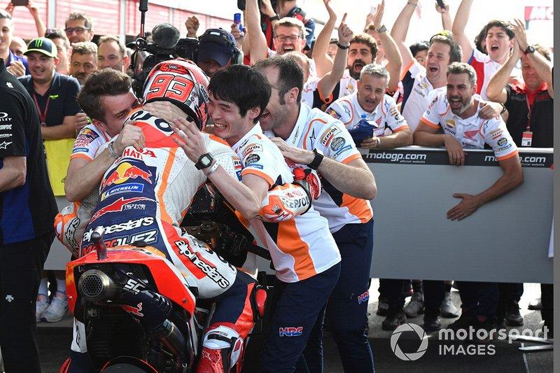 Marc Márquez, ganador de la carrera, y el equipo Repsol Honda Team celebran en parc ferme
