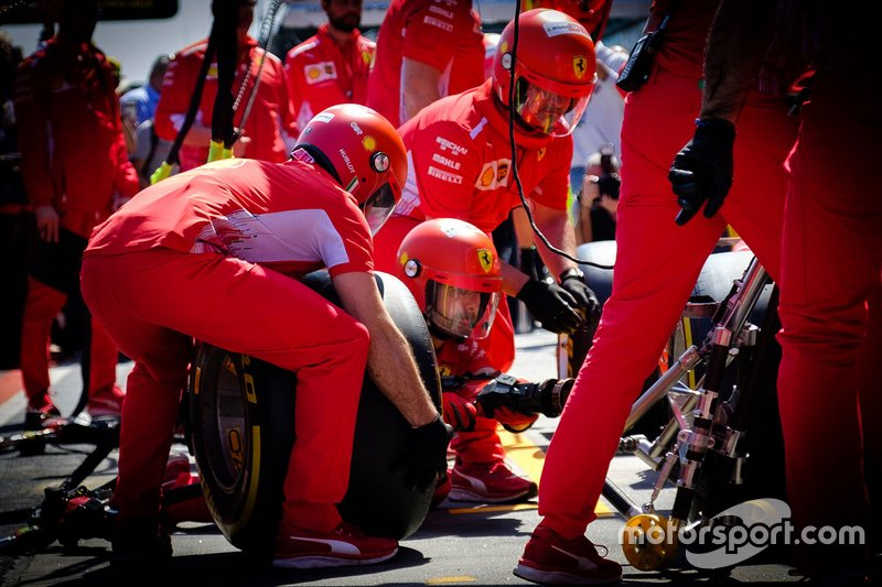 Los miembros del equipo Ferrari practican pitstop