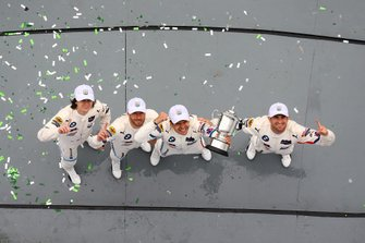 I vincitori GTLM, #25 BMW Team RLL BMW M8 GTE, GTLM: Augusto Farfus, Connor De Phillippi, Philipp Eng, Colton Herta