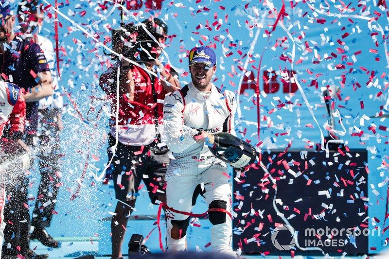 Sam Bird, Envision Virgin Racing, 1° classificato, spruzza lo champagne sul podio