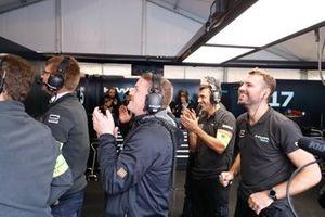 L'équipe HWA Racelab applaudit Stoffel Vandoorne, HWA Racelab, VFE-05, pendant la Super pole