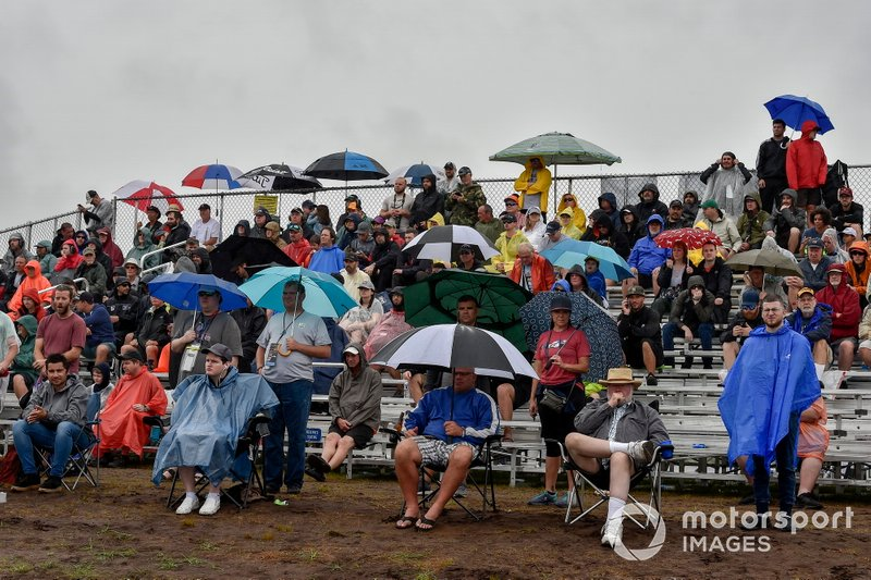 Fans im Regen