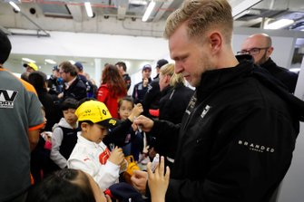Kevin Magnussen, Haas F1, firma autografi ai tifosi