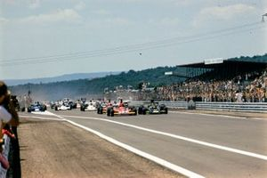 Start zum GP Frankreich 1974 in Dijon: Niki Lauda 312B3, Ferrari; Ronnie Peterson, Lotus 72E