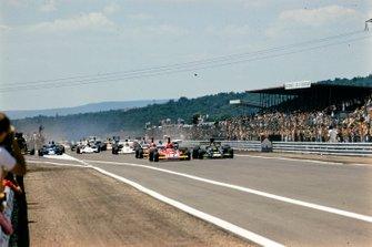 Niki Lauda, Ferrari; Ronnie Peterson, Lotus