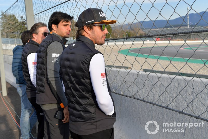 Zak Brown, McLaren Racing CEO, Carlos Sainz Jr., McLaren and Fernando Alonso, osservano l'azione a bordopista