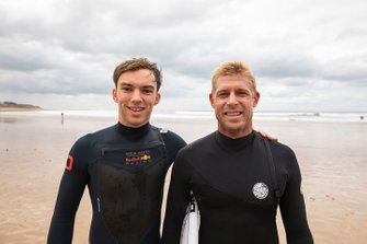 Pierre Gasly, Red Bull Racing, va faire du surf avec Mick Fanning