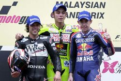 Podio: ganador de la carrera Valentino Rossi, segundo lugar Loris Capirossi y tercer lugar Garry McCoy