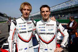 Гонщики Porsche Team Брендон Хартли и Эрл Бамбер