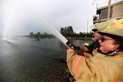 Floßrennen in Montreal: Feuerwehrmänner