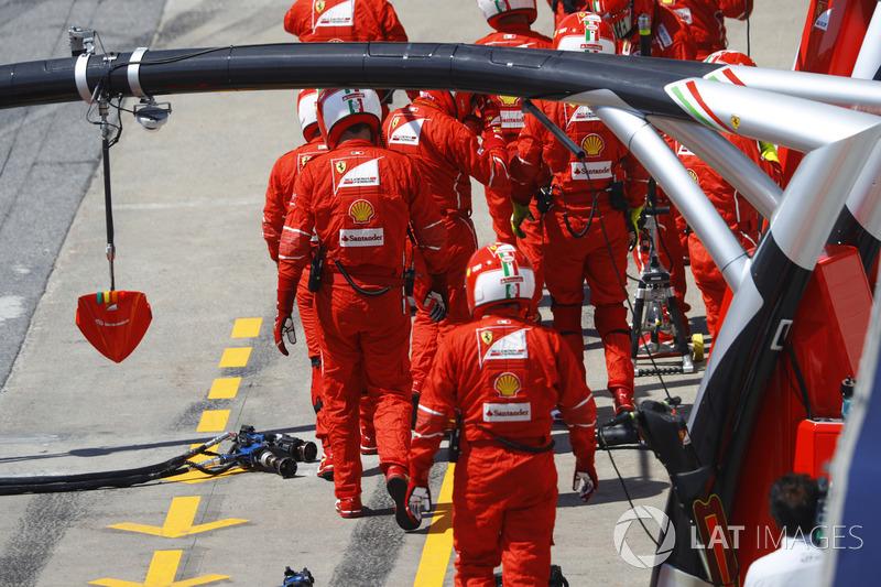 Механики Ferrari на пит-лейне после пит-стопа