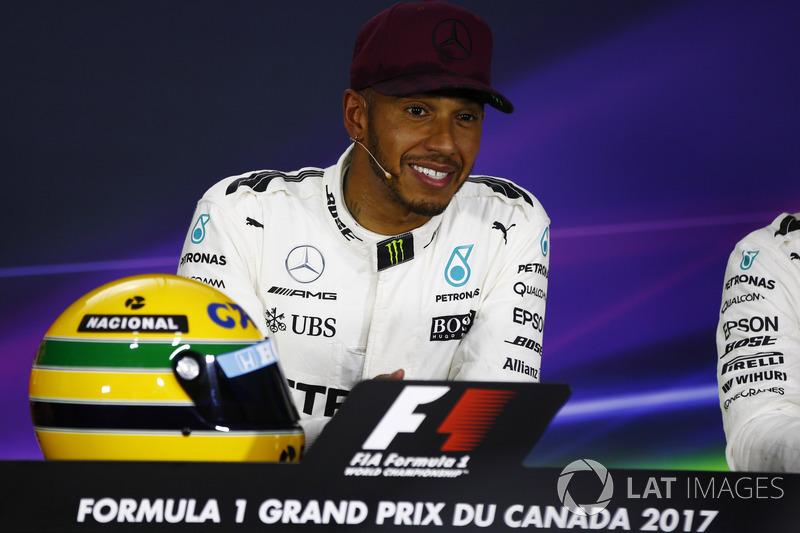 Lewis Hamilton, Mercedes AMG F1, muestra su casco de Ayrton Senna, un regalo después de igualar el récord de pole position del Brasileño