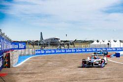Robin Frijns, Amlin Andretti Formula E Team, leads Nicolas Prost, Renault e.Dams