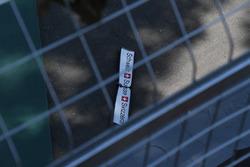 Pascal Wehrlein, Sauber C36, detriti dopo l'incidente in Q1