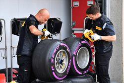 Pirelli-Techniker mit Reifen
