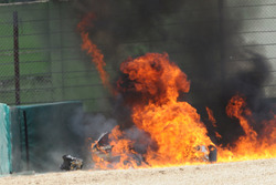 La moto en fuego de Eugene Laverty, Milwaukee Aprilia World Superbike Team