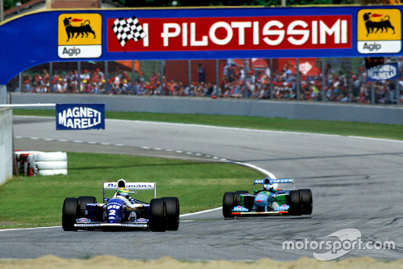 Ayrton Senna, Williams FW16, delante de Michael Schumacher, Benetton B194