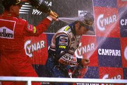 Podium: Racewinnaar Heinz-Harald Frentzen, Williams FW19 Renault, tweede plaats Michael Schumacher,