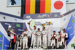 Подиум в LMP1: победители Тимо Бернхард, Эрл Баамбер и Брендон Хартли, второе место – Нил Джани, Андре Лоттерер и Ник Тэнди, Porsche Team, третье место – Майк Конвей, Камуи Кобаяши и Хосе Мария Лопес, Toyota Gazoo Racing