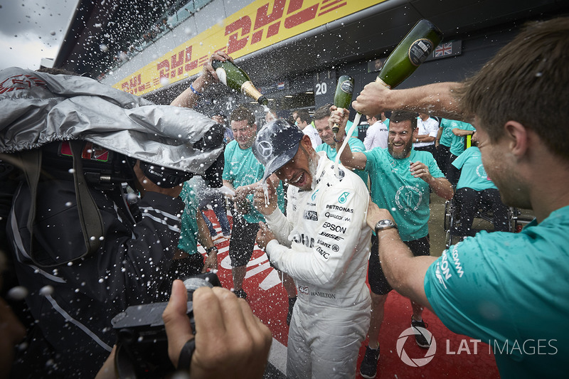 Race winner Lewis Hamilton, Mercedes AMG F1, his team after winning the race