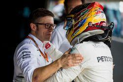 Peter Bonnington, ingénieur de course Mercedes AMG F1, félicite le vainqueur Lewis Hamilton, Mercede