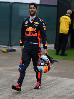 Daniel Ricciardo, Red Bull Racing camina después de detenerse en pista