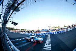 Kyle Busch, Joe Gibbs Racing Toyota, toma la bandera a cuadros