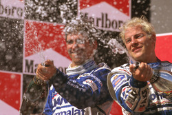 Podium : le vainqueur Jacques Villeneuve, Williams Renault, le second Damon Hill, Arrows