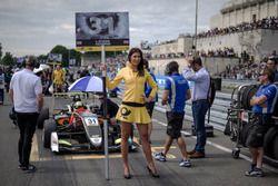 Grid girl, Lando Norris, Carlin Dallara F317 - Volkswagen,