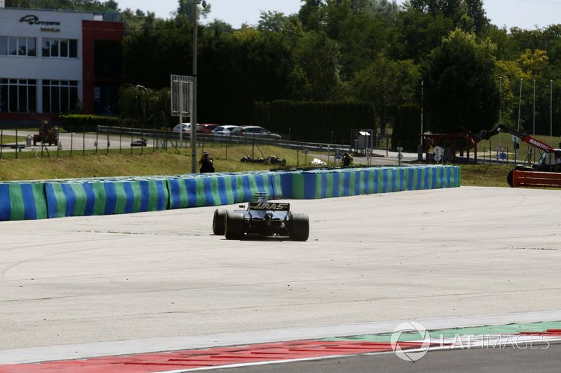 Santino Ferrucci, Haas F1 Team VF-17, recupera la monoposto dopo un testacoda