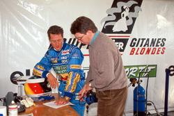 Michael Schumacher y Benetton director técnico Ross Brawn evalúan el desempeño del Ligier JS39B y el motor Renault V10