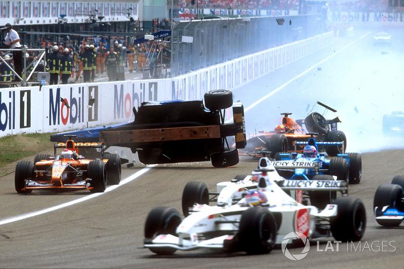 Luciano Burti, Prost AP04, après avoir percuté la Ferrari de Michael Schumacher