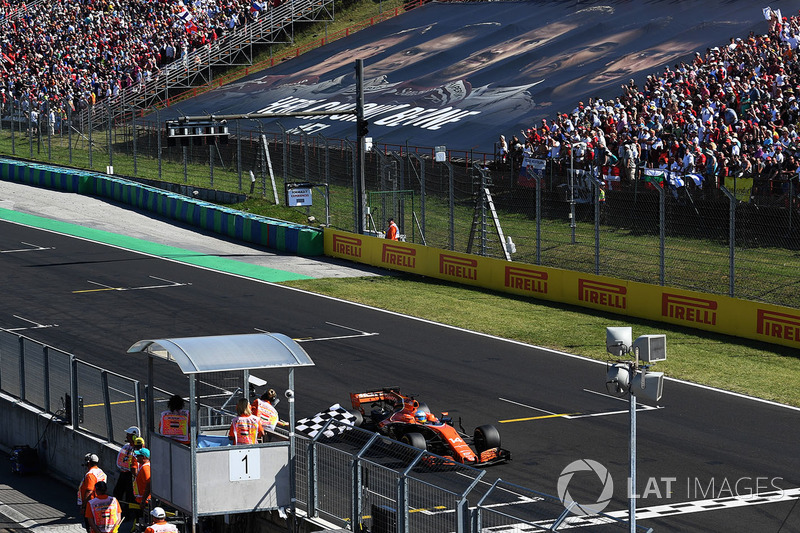 Fernando Alonso, McLaren MCL32 prende la bandiera a scacchi chiudendo al sesto posto