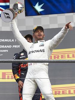 Le vainqueur Lewis Hamilton, Mercedes AMG F1, avec son trophée