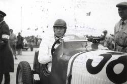 Hans Rüesch all'inizio dell'Eifelrennen nel 1935 al Nürburgring: con la sua Maserati 4CS 1500 si aggiudicò il secondo posto