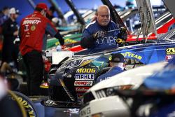 Miembros del equipo están trabajando en los coches
