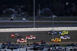 Kurt Busch, Stewart-Haas Racing Ford passe Kyle Larson, Chip Ganassi Racing Chevrolet pour la victoire