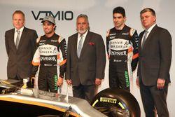 Andy Green, Sergio Perez, Vijay Mallya, Esteban Ocon et Otmar Szafnauer avec la Sahara Force India VJM10