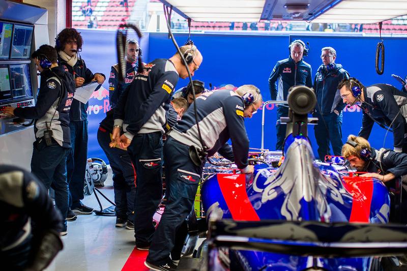 L'ambiance dans le garage de la Scuderia Toro Rosso