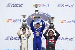 Podio: segundo lugar Abraham Calderón, Dem Racing, primer lugar Rogelio López Alpha Racing y tercer
