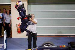Pierre Gasly, PREMA Racing salta de su coche mientras él celebra ganar la carrera en Parc Ferme