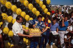Гонщик Williams Риккардо Патрезе отмечает 200-й старт в Гран При