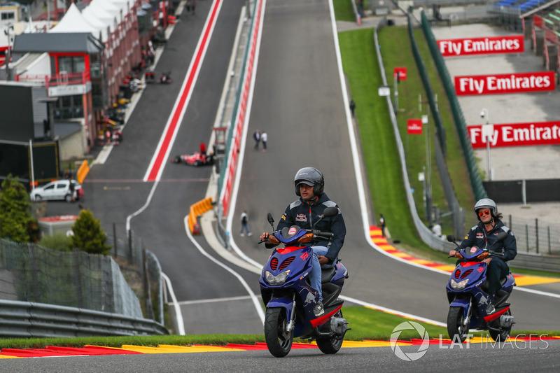 Carlos Sainz Jr., Scuderia Toro Rosso fa un giro della pista su uno scooter