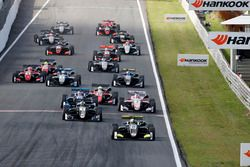 Start: Lando Norris, Carlin, Dallara F317 - Volkswagen leads