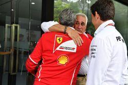 Paseo de Lawrence, Toto Wolff, Mercedes AMG F1 Director de Motorsport y Maurizio Arrivabene, director del equipo Ferrari