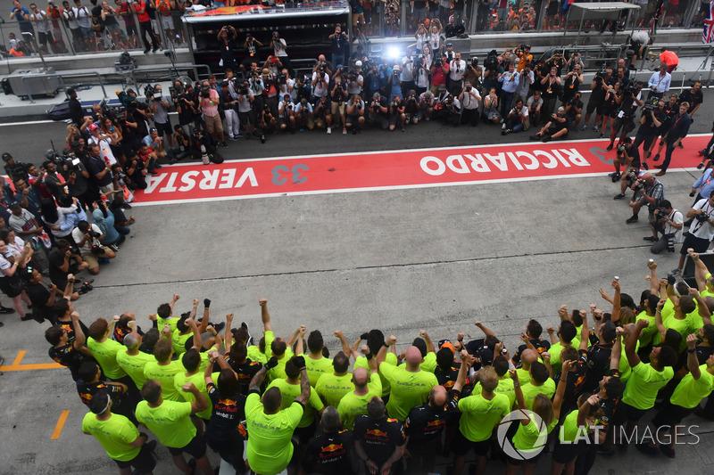 Подиум: победитель Макс Ферстаппен, третье место – Даниэль Риккардо, Red Bull Racing