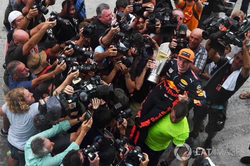 Il vincitore della gara Max Verstappen, Red Bull Racing festeggia